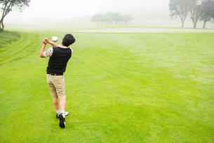 Golfer teeing offの写真素材 [FYI00006074]