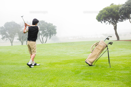Golfer teeing offの写真素材 [FYI00006075]