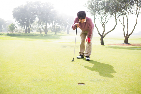 Golfer looking at the holeの素材 [FYI00006081]