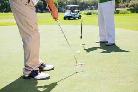 Golfing friends teeing offの写真素材 [FYI00006085]