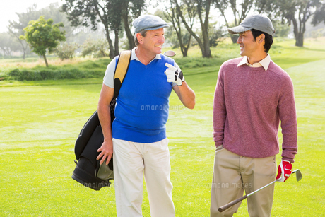 Golfer friends walking and chattingの写真素材 [FYI00006089]