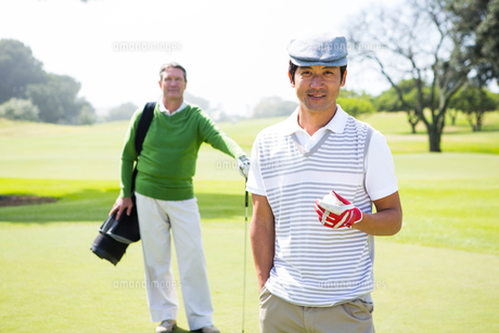 Golfing friends smiling at cameraの写真素材 [FYI00006091]