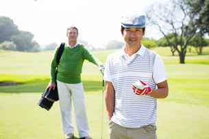 Golfing friends smiling at cameraの素材 [FYI00006091]