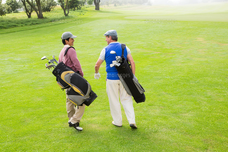 Golfer friends walking and chattingの素材 [FYI00006092]