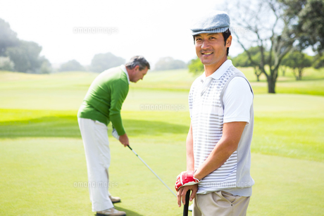 Golfing friends on the putting greenの素材 [FYI00006096]