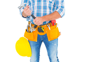 Midsection of manual worker holding hammerの写真素材 [FYI00006121]