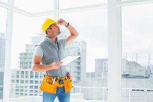 Handyman inspecting buildingの写真素材 [FYI00006130]