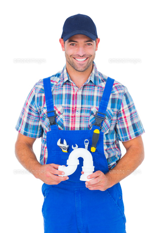 Portrait of handsome male plumber holding sink pipeの写真素材 [FYI00006162]