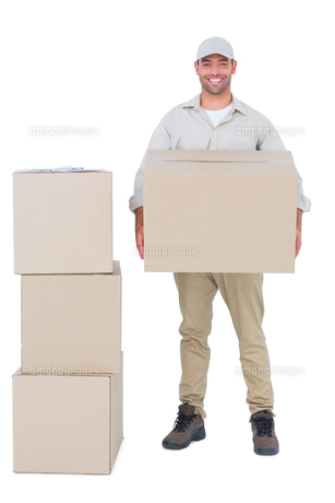 Courier man carrying cardboard boxの写真素材 [FYI00006168]