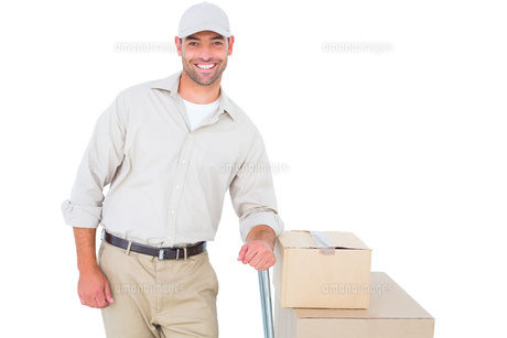 Confident delivery man with cardboard boxesの素材 [FYI00006170]