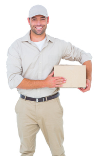Portrait of happy delivery man with cardboard boxの写真素材 [FYI00006171]