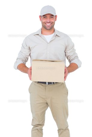 Portrait of happy delivery man with cardboard boxの写真素材 [FYI00006175]