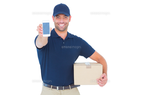 Handsome delivery man showing mobile phoneの素材 [FYI00006181]