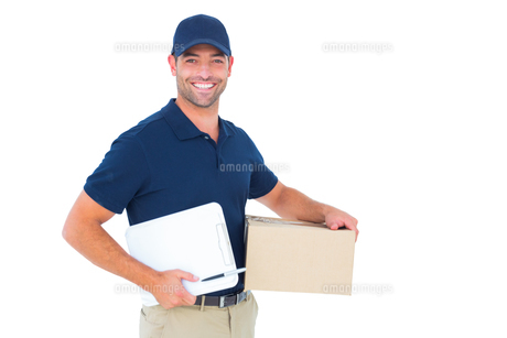 Happy delivery man with cardboard box and clipboardの写真素材 [FYI00006182]