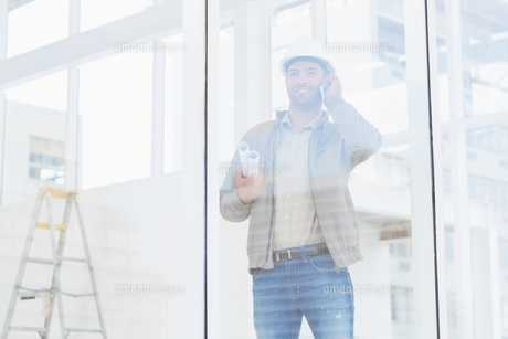 Architect using mobile phone in officeの写真素材 [FYI00006188]