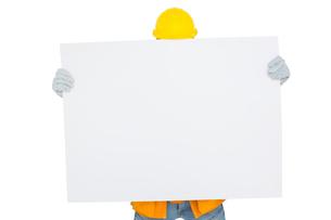 Handyman holding blank placardの素材 [FYI00006204]