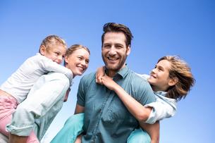 Happy parents with their childrenの素材 [FYI00006209]