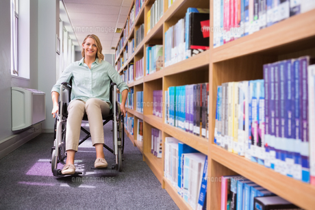 Smiling disabled student in libraryの素材 [FYI00006211]