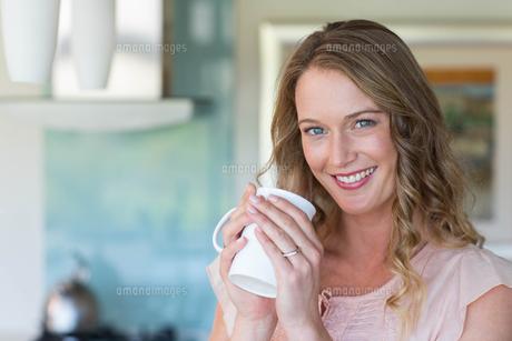 Pretty blonde holding a mugの写真素材 [FYI00006216]