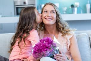 Daughter surprising mother with flowersの写真素材 [FYI00006221]