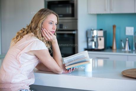 Pretty blonde reading a bookの写真素材 [FYI00006228]