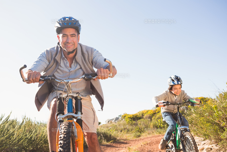 Father and son on a bike rideの写真素材 [FYI00006243]