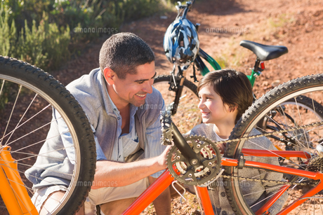 Father and son repairing bike togetherの写真素材 [FYI00006249]