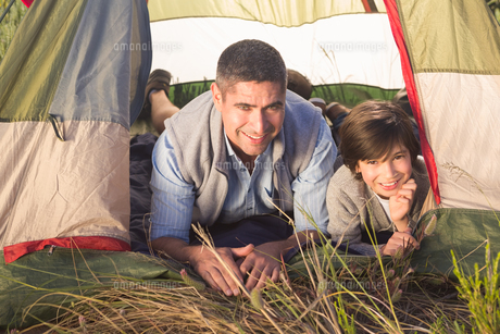 Father and son in their tentの写真素材 [FYI00006250]