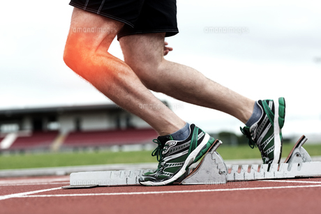 Highlighted knee of man about to raceの写真素材 [FYI00006259]