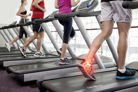 Highlighted ankle of man on treadmillの写真素材 [FYI00006266]