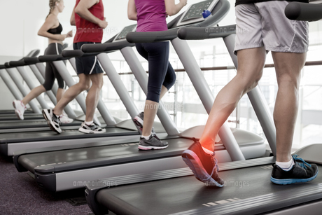 Highlighted ankle of man on treadmillの写真素材 [FYI00006267]