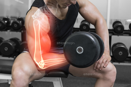 Highlighted arm of strong man lifting weightsの写真素材 [FYI00006275]