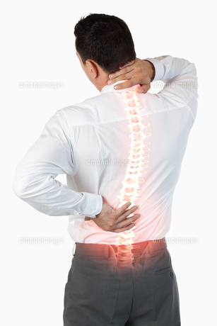 Highlighted spine of man with back painの写真素材 [FYI00006279]
