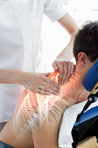 Highlighted spine of man at physiotherapyの写真素材 [FYI00006284]