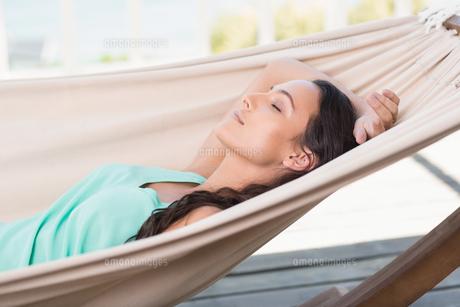 Pretty brunette relaxing on a hammockの写真素材 [FYI00006295]
