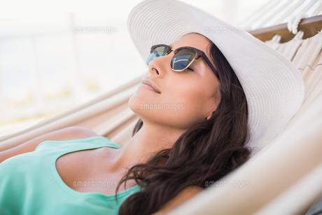Pretty brunette relaxing on a hammockの写真素材 [FYI00006296]