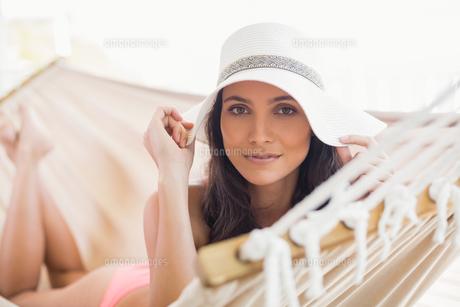 Pretty brunette relaxing on a hammockの写真素材 [FYI00006306]