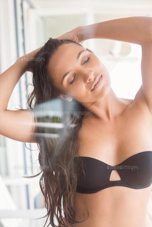 Beatiful woman in black bikini posingの写真素材 [FYI00006311]