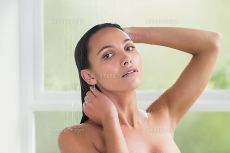 Pretty brunette taking a showerの写真素材 [FYI00006317]