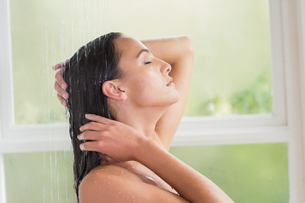 Pretty brunette taking a showerの写真素材 [FYI00006320]