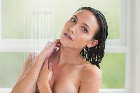Pretty brunette taking a showerの写真素材 [FYI00006322]