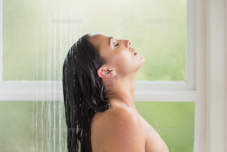 Pretty brunette taking a showerの写真素材 [FYI00006323]
