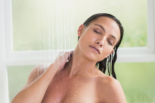 Pretty brunette taking a showerの写真素材 [FYI00006324]
