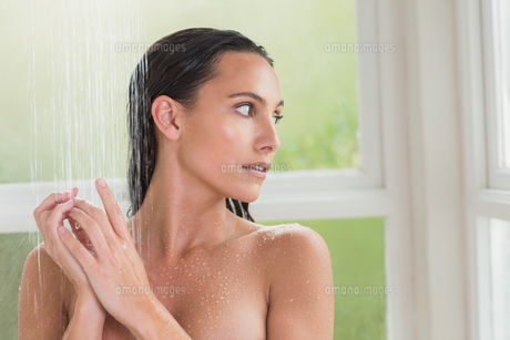 Pretty brunette taking a showerの写真素材 [FYI00006328]