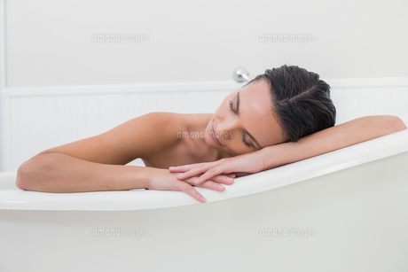 Pretty brunette taking a bathの写真素材 [FYI00006330]