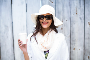 Smiling beautiful brunette wearing straw hat and sun glassesの写真素材 [FYI00006339]