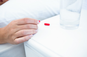 Woman taking pills before sleepingの写真素材 [FYI00006361]