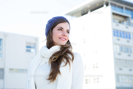 Brunette with warm clothes looking awayの写真素材 [FYI00006379]