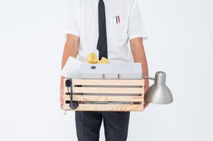 Fired businessman holding box of belongingsの写真素材 [FYI00006386]