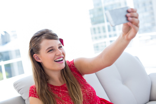 Pretty hipster taking selfie with smartphoneの写真素材 [FYI00006391]